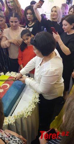 Avropada bayraq meydanında ilk Azərbaycan bayrağını yüksəldən xanım kimdir?