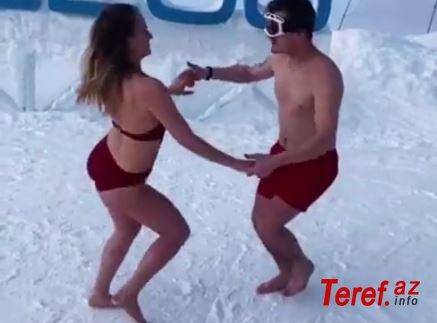 Yarıçılpaq rus turistlər buz üstdə oynadılar - VİDEO
