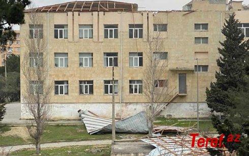 Bakıda güclü külək məktəbin damını uçurdu - FOTO