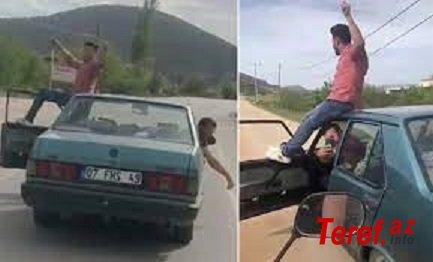 Öncə qapısına çıxdı, sonra gedən maşının damına- Aftoşluq edən sürücü... VİDEO