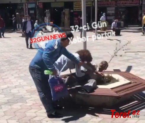 Azərbaycanda qadın kişini TİCARƏT MƏRKƏZİNİN QARŞISINDA DÖYDÜ - VİDEO