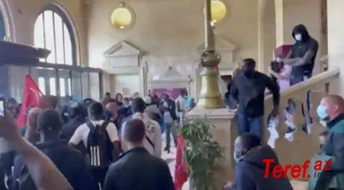 Parisdə zibil yığanlar meriyaya hücum etdilər – VİDEO