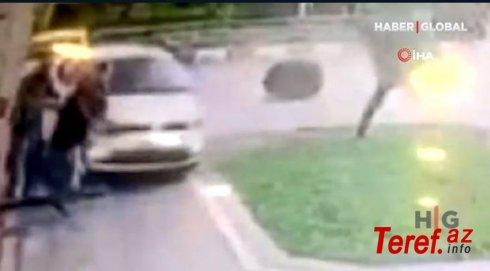 Əyləc əvəzinə qaza basan sürücü avtomobili insanların üzərinə sürdü - VİDEO