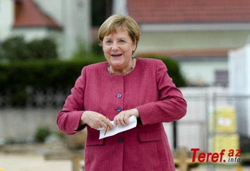Merkel rəsmi mərasimdə ayaq üstə dura bilmədi