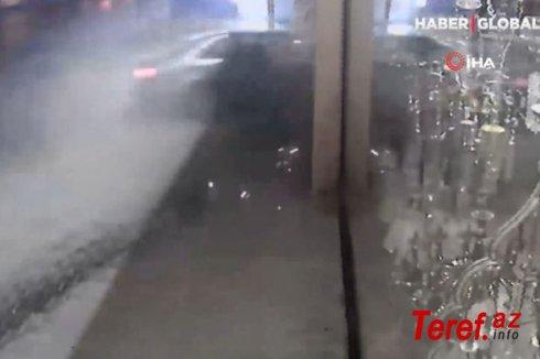 İçərisində dörd nəfərin olduğu minik avtomobili mağazaya çırpıldı - VİDEO